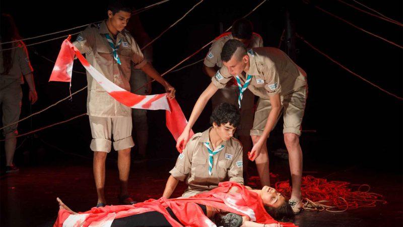 בני נוער משחקים במסגרת חוג דרמה לילדים - לנוער של בימת הנוער כפר סבא