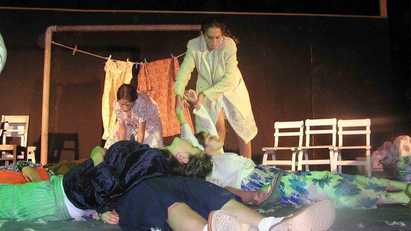 מתוך ההצגה תלויים - פסטיבל עכו 2005 בימת הנוער כפר סבא הסטודיו למשחק לילדים ונוער 3