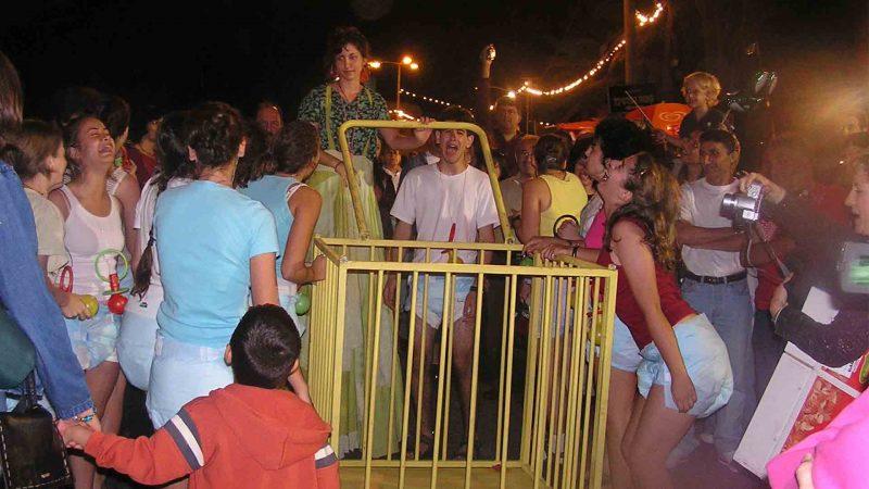 מתוך ההצגה תלויים - פסטיבל עכו 2005 בימת הנוער כפר סבא הסטודיו למשחק לילדים ונוער 2