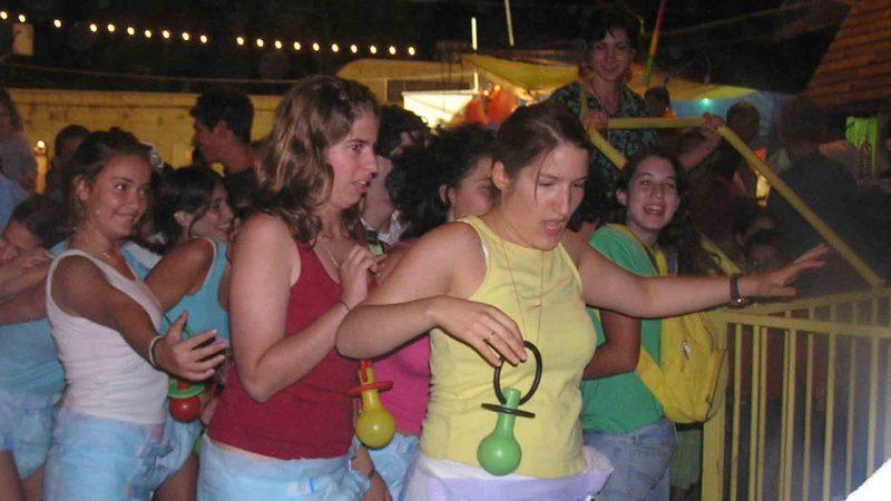 מתוך ההצגה תלויים - פסטיבל עכו 2005 בימת הנוער כפר סבא הסטודיו למשחק לילדים ונוער 1