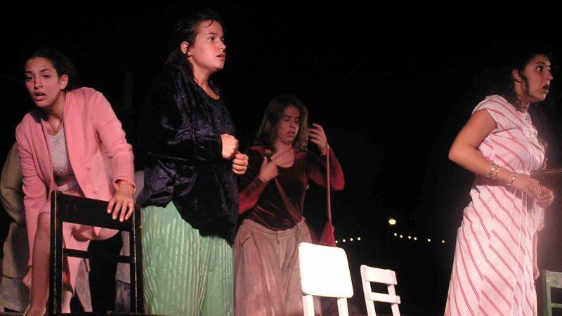 מתוך ההצגה תלויים - פסטיבל עכו 2005 בימת הנוער כפר סבא הסטודיו למשחק לילדים ונוער - גל מקדר