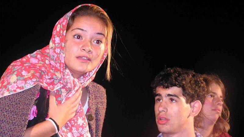 מתוך ההצגה תלויים - פסטיבל עכו 2005 בימת הנוער כפר סבא הסטודיו למשחק לילדים ונוער 9
