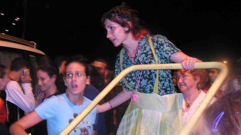 מתוך ההצגה תלויים - פסטיבל עכו 2005 בימת הנוער כפר סבא הסטודיו למשחק לילדים ונוער 6