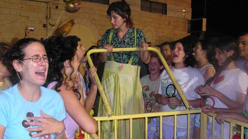 מתוך ההצגה תלויים - פסטיבל עכו 2005 בימת הנוער כפר סבא הסטודיו למשחק לילדים ונוער 5