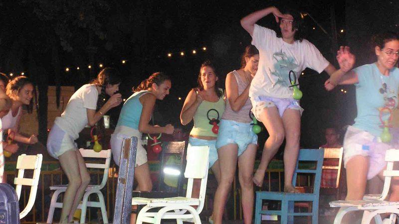 מתוך ההצגה תלויים - פסטיבל עכו 2005 בימת הנוער כפר סבא הסטודיו למשחק לילדים ונוער 4